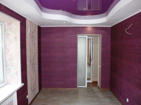 Фиолетовый потолок в прихожей