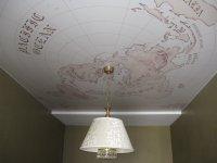 Фотопечать на потолке в кабинете с люстрой