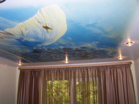 Фотопечать на потолке в спальне