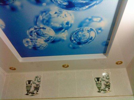 Фотопечать на потолке в ванной комнате