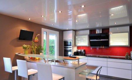 Глянцевый белый натяжной потолок для кухни