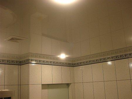 Глянцевый белый натяжной потолок