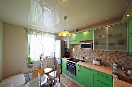 Глянцевый белый потолок для кухни