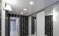 Глянцевый белый потолок в прихожей