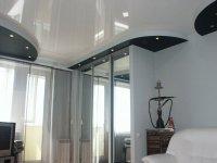 Глянцевый белый потолок в спальне