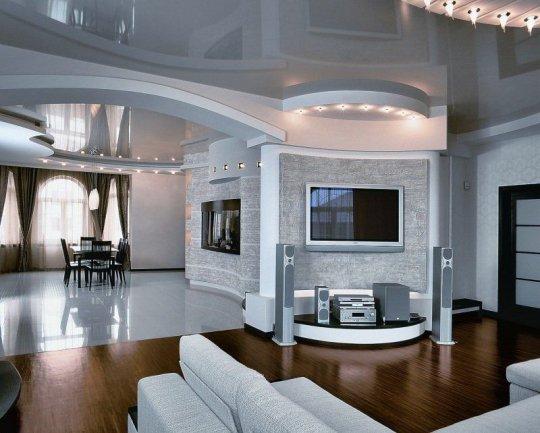 Глянцевый белый потолок в студии