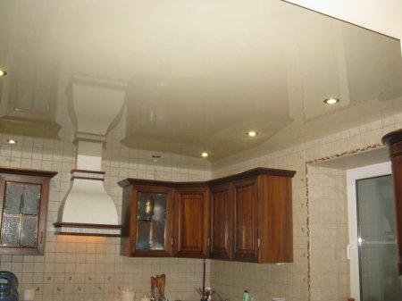 Глянцевый бежевый потолок для кухни