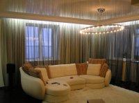 Глянцевый бежевый потолок в гостиной