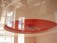 Глянцевый натяжной потолок для спальни