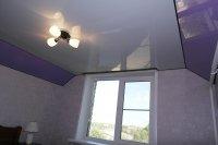 Глянцевый натяжной потолок в спальне с люстрой
