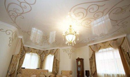 Глянцевый потолок с фотопечатью и люстрой