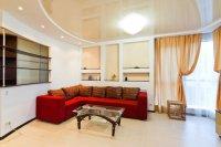 Глянцевый потолок с люстрой в гостиной