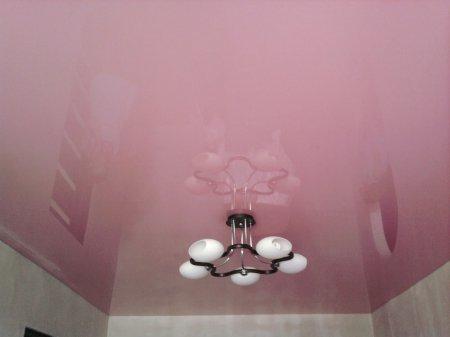 Глянцевый потолок в детской с люстрой