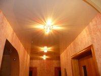 Глянцевый потолок в прихожей