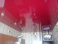 Глянцевый розовый потолок на кухне