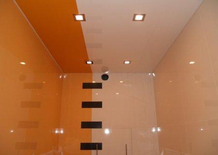 Глянцевый цветной натяжной потолок на кухне