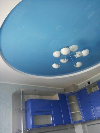 Голубой натяжной потолок на кухне