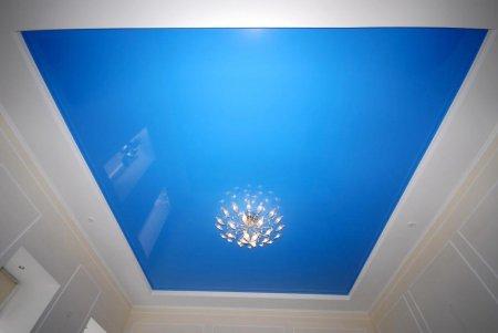 Голубой натяжной потолок для гостиной
