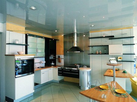 Голубой натяжной потолок для кухни