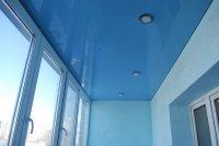 Голубой натяжной потолок на балконе