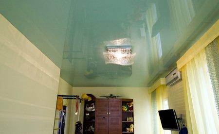Голубой натяжной потолок в детской комнате