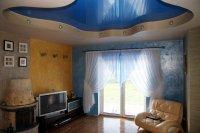 Голубой натяжной потолок в гостиной