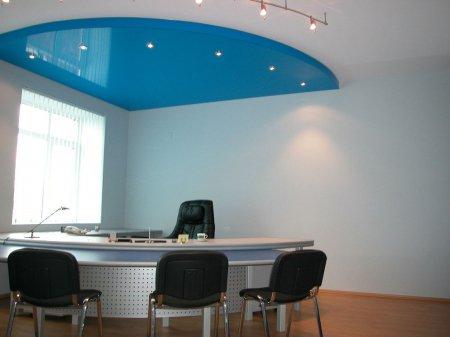 Голубой натяжной потолок в офисе