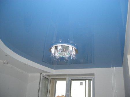 Голубой натяжной потолок в спальне