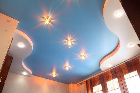 Голубой натяжной потолок в студии