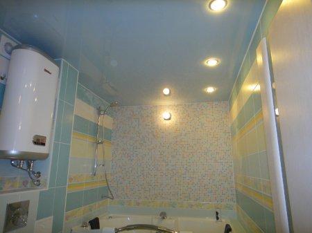 Голубой натяжной потолок в ванной
