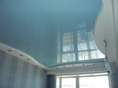 Голубой потолок для спальни
