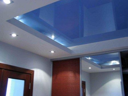 Голубой потолок в прихожей