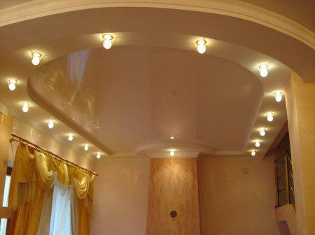 Гостиная с бежевым натяжным потолком