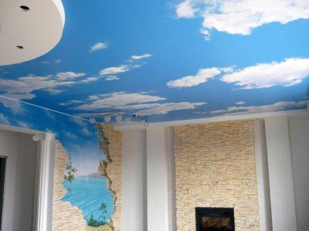 Гостиная с фотопечатью на потолке