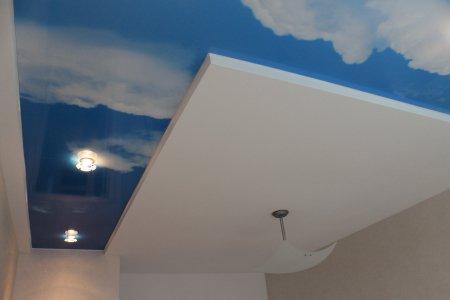Гостиная с фотопечатью неба на потолке