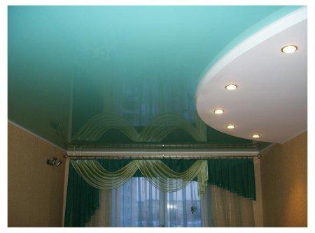 Гостиная с глянцевым голубым потолком