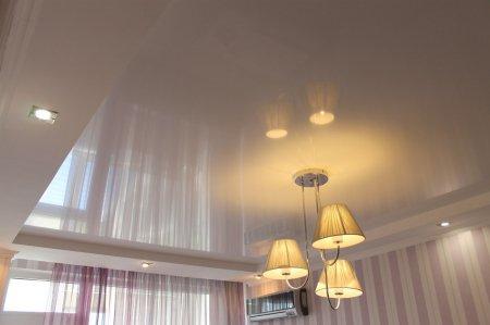 Гостиная с глянцевым потолком
