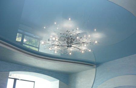 Гостиная с голубым натяжным потолком
