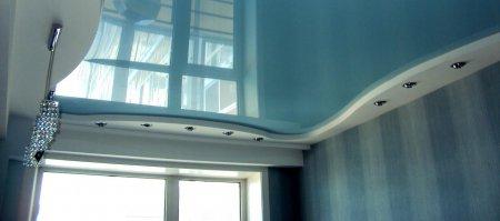 Гостиная с голубым потолком и люстрой