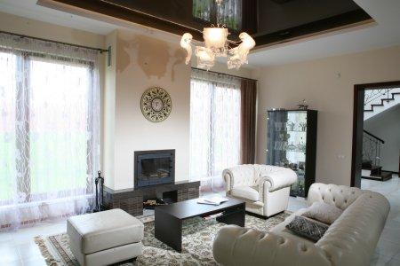 Гостиная с коричневым натяжным потолком