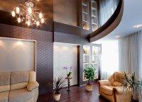Гостиная с коричневым потолком и люстрой