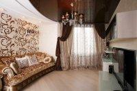Гостиная с коричневым потолком