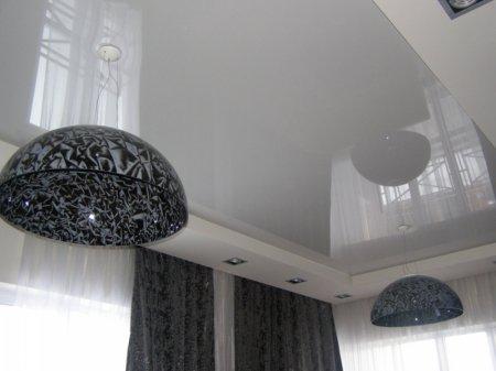 Гостиная с натяжным потолком и люстрой