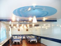 Гостиная с потолком в форме конуса