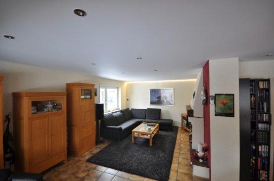 Гостиная с сатиновым натяжным потолком