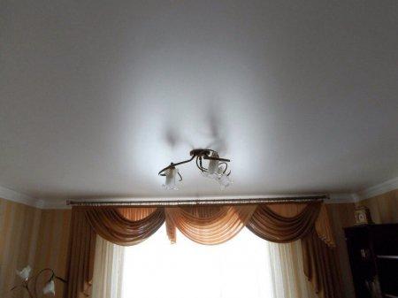Гостиная с сатиновым потолком и люстрой