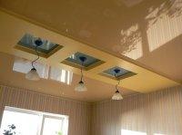 Кабинет с бежевым натяжным потолком