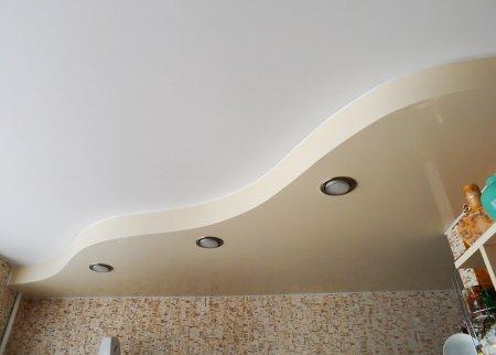 Комбинированный натяжной потолок на кухне
