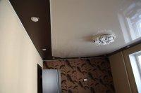 Коричневый натяжной потолок для кабинета