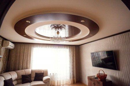 Коричневый натяжной потолок в гостиной